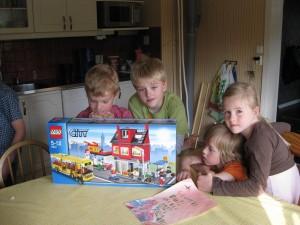 Jaaaaaaa han fick pizzarian och bussen. Det passar perfekt till legobyn som killarna ska bygga i Dubai.